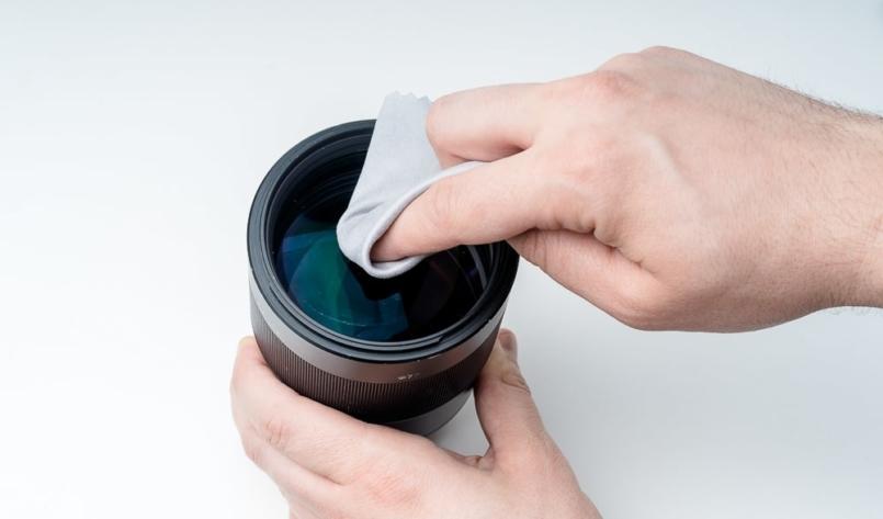 Czyszczenie obiektywu szmatką foto